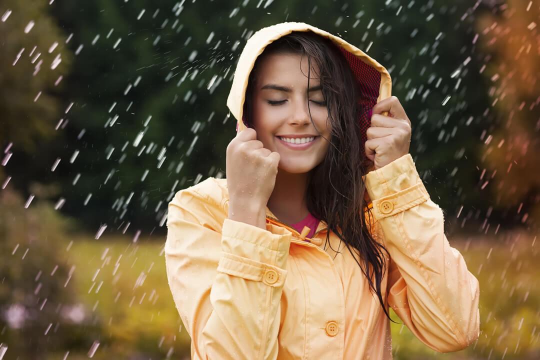 梅雨時期のレインファッション