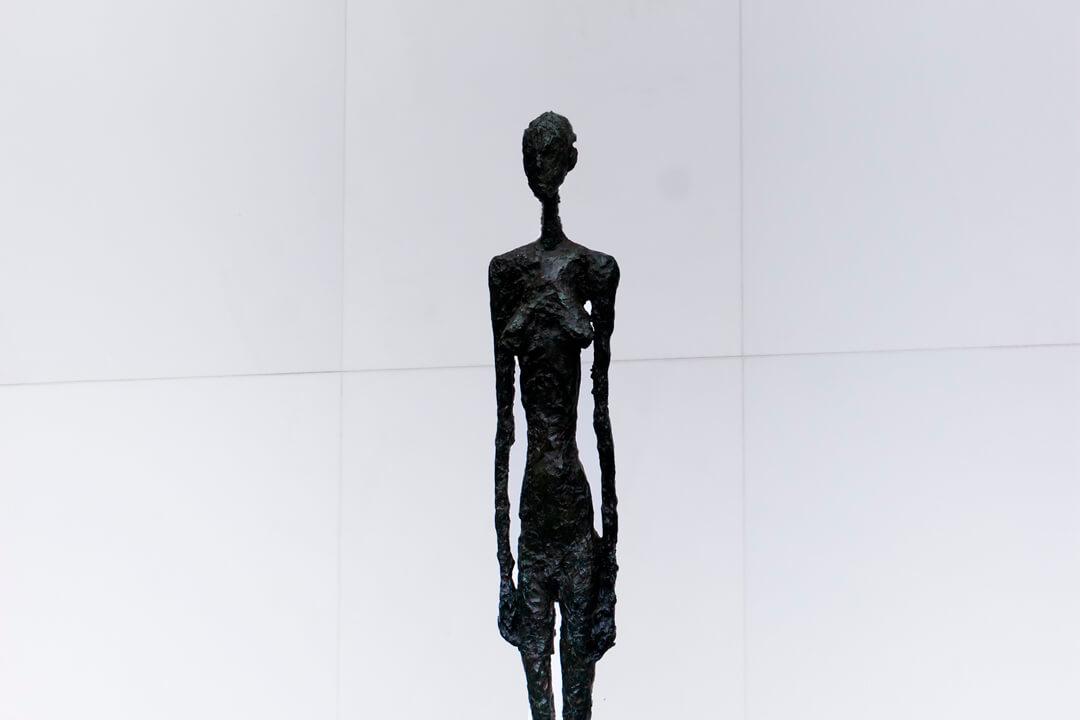 【ジャコメッティ展】アルベルト・ジャコメッティの作品意図やその人生 ~細長くて不思議な作品を生む、20世紀を代表する情熱の彫刻家~