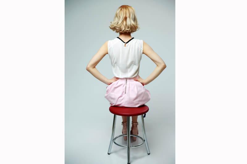 彼の親と食事へ行くとき。 大きめのハンカチを一枚持っておくと なにかと役に立って便利ですよ。 正座のときに膝に広げたりできます。 ハンカチの使い方やマナーも ぜひ参考になさってくださいね。 【大人女性のハンカチ選び】+知っておくと 差がつくハンカチマナー!