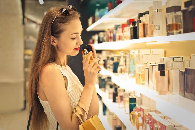 【香水の付け方】職場、葬儀、寿司屋など大人の香水のマナーをシーン別で紹介