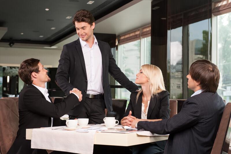 【上司に食事をおごってもらった時のお礼マナー】社会人のスムーズな対応とは?(例文あり)