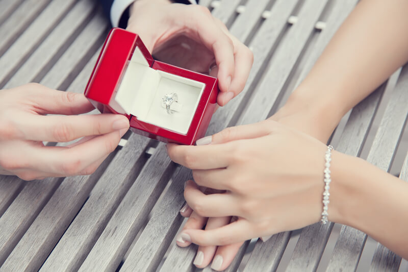 <結婚のタイミングはいつ?>年下彼氏との結婚は何かと不安