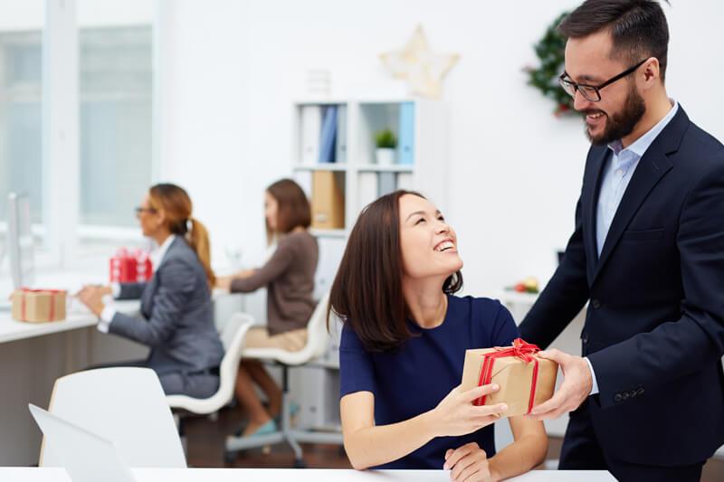 【バレンタイン義理チョコ】職場の上司や同僚に渡す時のマナー(メッセージカードの文例あり)