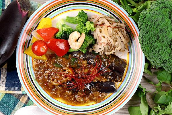 ナッシュ・野菜の副菜が乗ったメインプレート